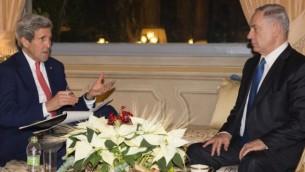 وزير الخارجية الأمريكي جون كيري (من اليسار) يلتقي برئيس الوزراء الإسرائيلي بينيامين نتنياهو في 'فيلا تافيرنا' في روما، 15 ديسمبر، 2014. (AFP/Evan Vucci)