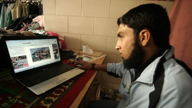 رجل فلسطيني يتصفح الانترنت في رفح، جنوب قطاع غزة، عام 2011 (Abed Rahim Khatib/Flash90)