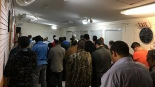 الساعة تشير إلى ما بعد منتصف الليل، ولكن الشمس أغربت لتوها في يلونايف، في كندا، حيث يضطر المسلمون إلى ملائمة أوقات صلاتهم لجدول صارم.(Courtesy Islamic Center Yellowknife)