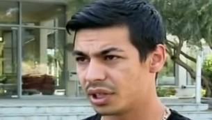 اعتقال علي وعنوس، المصور العربي الإسرائيلي للقناة الثانية الذي يحمل بطاقة صحفية رسمية من الحكومة الإسرائيلية، لمدة ساعة وتفتيشه من قبل حراس أمن رئيس الوزراء قبل السماح له بتغطية حدث، 19 يونيو / حزيران 2017. (YouTube screenshot/Channel 2)