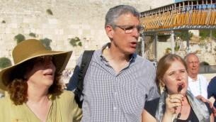 رئيس اتحاد اليهودية الاصلاحية، الحاخام ريك جيكوبس، يشارك في مراسيم صلاة في الحائط الغربي في القدس، 4 يوليو 2016 (Courtesy of the URJ)
