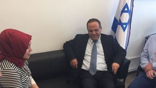 الصحافية التركية سيما إيراز تلتقي بوزير الاتصالات أيو قرا في مكتبه في الكنيست، في القدس، 27 يونيو، 2017. (وزارة الاتصالات)