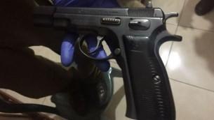 مسدس عثرت عليه قوات الجيش الإسرائيلي في مداهمة على منزل في قرية عصيرة الشمالية الفلسطينية في الضفة الغربية، 5 يونيو، 2017. (IDF Spokesperson's Unit)