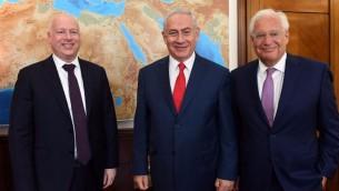 من اليسار الى اليمين: مبعوث الرئيس الأمريكي دونالد ترامب إلى الشرق الأوسط جيسون غرينبلات, رئيس الوزراء بنيامين نتنياهو, والسفير الأمريكي لدى إسرائيل ديفيد فريدمان في مكتب رئيس الوزراء في القدس في 12 يوليو 2017. (Haim Tzach/GPO)