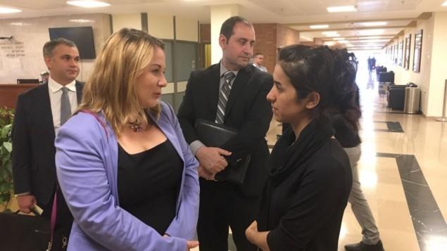 عضوة الكنيست من الاتحاد الصهيوني كسينيا سفيتلوفا مع الناجية اليزيدية من الدولة الإسلامية ناديا مراد في الكنيست، في 24 يوليو 2017.  (courtesy).