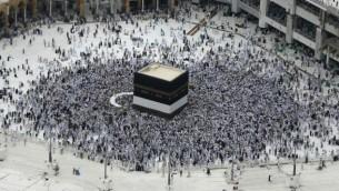 الحجاج المسلمون من جميع أنحاء العالم يطوفون حول الكعبة في المسجد الحرام في مدينة مكة السعودية، 9 سبتمبر، 2016، قبل يوم من بدء مناسك الحج السنوية. (AFP/Ahmad Gharabli)
