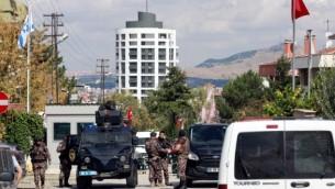 صورة توضيحية: قوات الشرطة الخاصة تقف للحراسة أمام السفارة الإسرائيلية في أنقرة، في تركيا بعد أن حاول رجل تركي مضطرب عقليا بحوزته سكينا اقتحام المبنى، 21 سبتمبر / أيلول 2016.  (AFP Photo/Adem Altan)