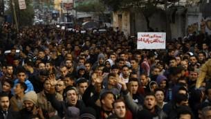 فلسطينيون يهتفون شعارات خلال تظاهرة احتجاجا على أزمة الكهرباء المستمرة في مخيم اللاجئين جباليا في شمال قطاع غزة، 12 يناير، 2017. (AFP/Mohammed Abed)