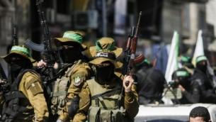 عنصار من الذراع العسكري لحركة حماس يشاركون في جنازة القيادي في الحركة، مازن فقهاء، في مدينة غزة، 25 مارس، 2017. (AFP/Mahmud Hams)