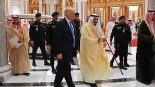 الرئيس الأمريكي دونالد ترامب وملك المملكة العربية السعودية سلمان بن عبد العزيز آل سعود يصلان إلى القمة العربية الإسلامية الأمريكية في مركز الملك عبد العزيز للمؤتمرات بالرياض يوم 21 مايو 2017. (AFP PHOTO / MANDEL NGAN)