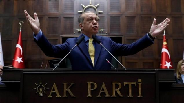 الرئيس التركي رجب طيب اردوغان خلال خطاب امام جلسة لحزب العدالة والتنمية في البرلمان التركي في انقرة، 30 مايو 2017 (AFP Photo/Adem Altan)