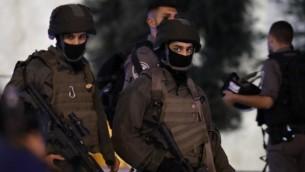 أفراد من قوات الأمن الإسرائيلية يقومون بدوريات خارج بوابة دمشق في البلدة القديمة بالقدس في 16 يونيو / حزيران 2017، بعد الهجوم الذي تعرضت فيه ضابطة شرطة الحدود، هداس مالكا، للطعن حتى الموت. (AFP Photo/Thomas Coex)