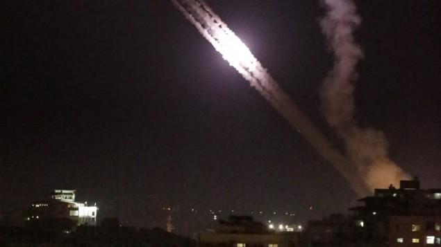 صورة توضيحية: صواريخ فلسطينية تم إطلاقها من مدينة غزة باتجاه إسرائيل في أعقاب غارات جوية إسرائيلية في 17 يوليو، 2014. (AFP/Thomas Coex)