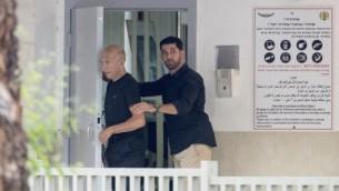 رئيس الوزراء السابق إيهود أولمرت يغادر سجن 'معسياهو' في الرملة في 2 يوليو، 2017، بعد الإفراج عنه. (AFP Photo/Jack Guez)