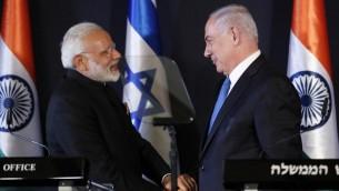 رئيس الوزراء بنيامين نتنياهو يصافح نظيره الهندي ناريندا مودي خلال مؤتمر صحفي في القدس، 5 يوليو 2017 (AFP Photo/Thomas Coex)