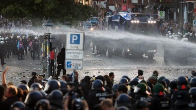 الشرطة تشتخدم خراطيم المياه خلال مظاهرة 'اهلا في جهنم' ضد قمة مجموعة العشرين في هامبرغ، المانيا، 6 يوليو 2017 (AFP Photo/Odd Andersen)