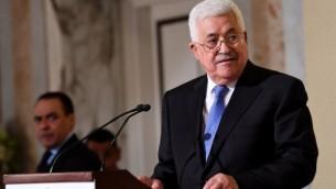 رئيس السلطة الفلسطينية محمود عباس يتحدث خلال مؤتمر صحفي بعد لقائه مع الرئيس التونسي الباجي قائد السبسي في 6 يوليو، 2017، في قصر قرطاج الرئاسي، بالقرب من العاصمة تونس. ( AFP PHOTO / FETHI BELAID)
