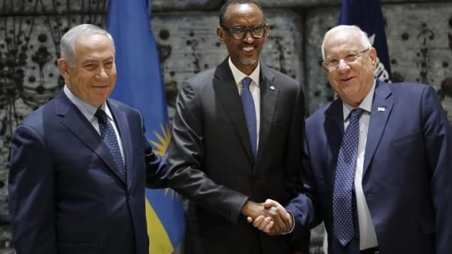 رئيس رواندا بول كاغامي يصافح الرئيس رؤوفن ريفلين ورئيس الوزراء بنيامين نتنياهو خلال لقائهم في منزل الرئيس الرسمي في القدس، 10 يوليو 2017 (AFP PHOTO / THOMAS COEX)