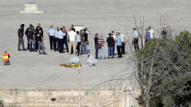 الشرطة الإسرائيلية تتحقق من المكان وتحيط بجثة ميتة حيث أطلق مهاجمون عرب إسرائيليون النار على شرطيين في الحرم القدسي في 14 يوليو / تموز 2017. (AFP Photo/Thomas Coex)