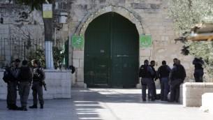 عناصر من شرطة حرس الحدود الإسرائيلية في البلدة القديمة في القدس، في 16 يوليو، 2017، بعد أن قامت قوات الأمن الإسرائيلية بإعادة فتح موقع الحرم القدسي، بعد أن أثار إغلاقه في نهاية الأسبوع في أعقاب هجوم دام ردود فعل غاضبة من المسلمين والأردن، الوصي على المكان. ( AFP PHOTO / Menahem KAHANA)