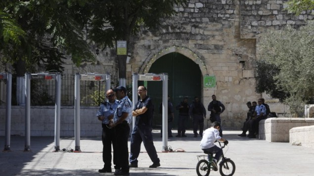 أفراد من شرطة حرس الحدود يقومون بوضع بوابات إلكترونية عند باب الأسباط، المدخل الرئيسي إلى الحرم القدسي، في البلدة القديمة في القدس، 16 يوليو، 2017. (AFP/Menahem KAHANA)
