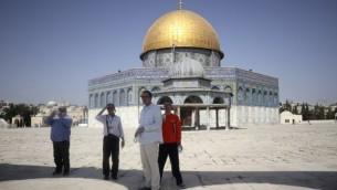سياح يتجولون في محيط قبة الصخرة في الحرم القدسي، 17 يوليو، 2017. (AFP/THOMAS COEX)