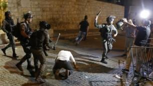 مواجهات بين الشرطة الإسرائيلية ومحتجين فلسطينيين أمام باب الأسباط في البلدة القديمة في القدس، 18 يوليو، 2017. (AFP/AHMAD GHARABLI)