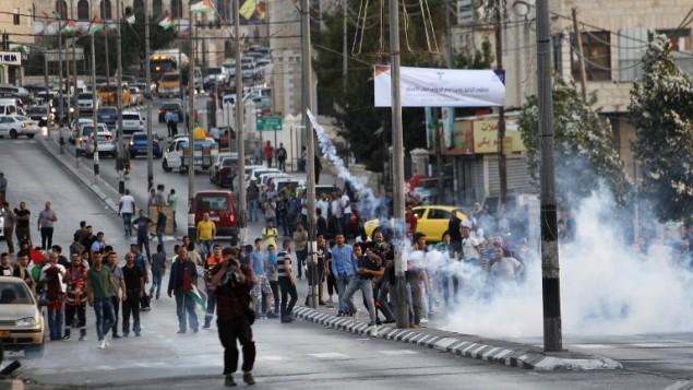 اشتباك المتظاهرون الفلسطينيون مع قوات الأمن الإسرائيلية في مدينة بيت لحم بالضفة الغربية في 19 يوليو / تموز 2017 بعد مظاهرة ضد إجراءات أمنية إسرائيلية جديدة في الحرم القدسي. (AFP/Musa Al Shaer)