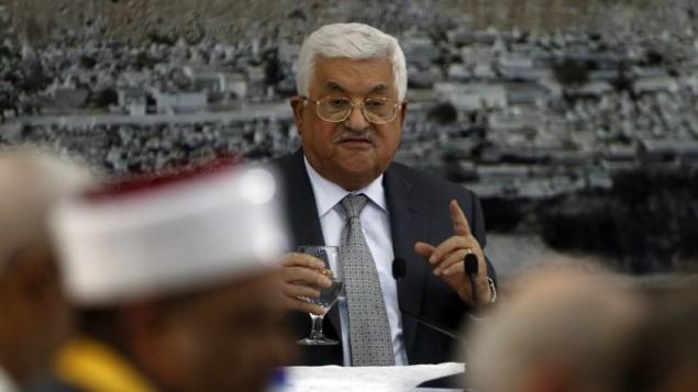 يلقي رئيس السلطة الفلسطينية محمود عباس كلمة خلال اجتماع القيادة الفلسطينية في مدينة رام الله بالضفة الغربية في 21 يوليو / تموز 2017، الذي أعلن خلاله تجميد جميع الاتصالات مع إسرائيل. (AFP/Abbas Momani)