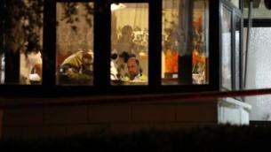 الشرطة الشرعية الإسرائيلية تفتش المنزل حيث قام المهاجم الفلسطيني بالتسلل في اليوم السابق وطعن أربعة إسرائيليين، مما أسفر عن مقتل ثلاثة منهم، في حلميش، في 22 يوليو / تموز 2017.  (AFP/GALI TIBBON)
