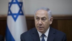 رئيس الوزراء بنيامين نتنياهو يحضر اجتماع مجلس الوزراء الأسبوعي في مكتب رئيس الوزراء في القدس يوم 23 يوليو 2017.  (AFP Photo/Pool/Abir Sultan)