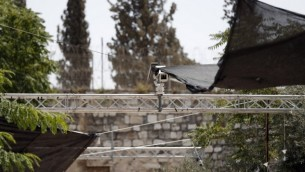 ترتيبات أمنية، من ضمنها كاميرات، تم وضعها خارج باب الأسباط في البلدة القديمة، نقطة دخول رئيسية إلى الحرم القدسي، 24 يوليو، 2017. (AFP/Ahmad Gharabli)
