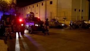 """قوات الأمن الأردنية تقف للحراسة خارج السفارة الإسرائيلية في عمان بعد وقوع """"حادث"""" في 23 يوليو / تموز 2017.  (AFP Photo/Khalil Mazraawi)"""