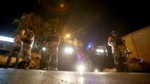 قوات الأمن تقف للحراسة خارج السفارة الإسرائيلية في حي الرابية السكني في العاصمة الأردنية عمان، في 23 يوليو / تموز 2017. (AFP/Khalil Mazraawi)