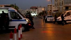 قوات الأمن الأردنية تقف للحراسة خارج السفارة الإسرائيلية في حي الرابعية السكني في العاصمة عمان في 23 يوليو / تموز 2017. (AFP/Khalil Mazraawi)