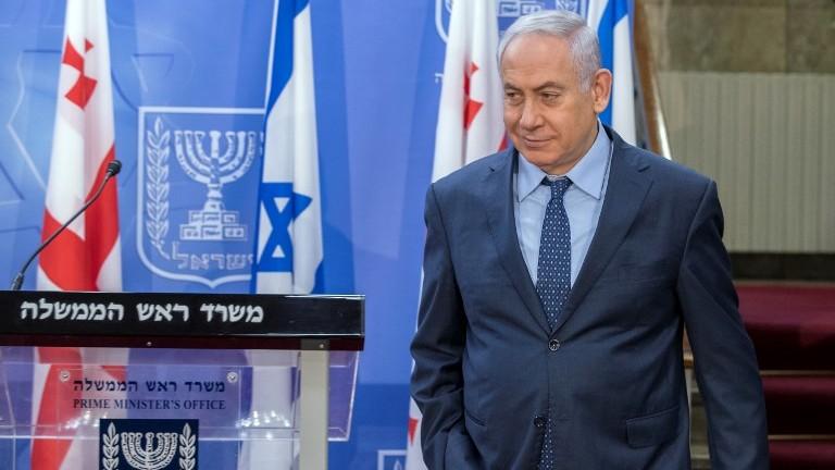 رئيس الوزراء بينيامين نتنياهو يصل إلى مؤتمر صحفي مشترك مع نظيره الجورجي غيورغي كفيريكاشفيلي في مكتب رئيس الوزراء في القدس، 24 يوليو، 2017. (AFP/POOL/JACK GUEZ)
