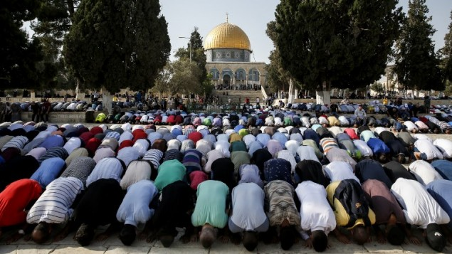 المسلمون يصليون في الحرم القدسي في 27 يوليو، 2017. (AFP Photo/Ahmad Gharabli)
