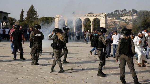 قوات الأمن تطلق الغاز المسيل للدموع في الحرم القدسي خلال اشتباكات 27 يوليو / تموز 2017.( AFP Photo/Ahmad Gharabli)