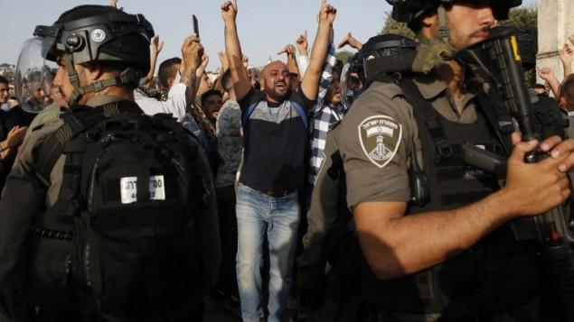 قوات الأمن الإسرائيلية تأخذ موضعا أمام قبة الصخرة في الحرم القدسي في البلدة القديمة من القدس في 27 يوليو / تموز.  (AFP Photo/Ahmad Gharabli)