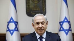 رئيس الوزراء بينيامين نتنياهو يترأس الجلسة الأسبوعية للحكومة في مكتبه في القدس، 30 يوليو، 2017. (AFP/ AMIR COHEN)