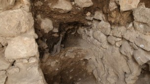 المبنى الذي تم العثور في على أباريق محطمة خلال صيف 2017 على يد حفريات هيئة الآثار الإسرائيلية، مما يدل على دمار الهيكل. (Eliyahu Yanai, Courtesy of the City of David Archive)