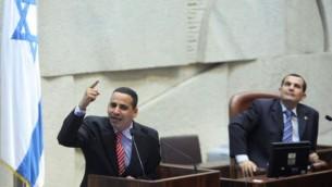 يوئيل حسون خلال جلسة في الكنيست، 16 أغسطس، 2012. (Yoav Ari Dudkevitch/Flash90)