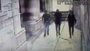 لقطات صورتها كاميرا الأمن ونشرتها الشرطة في 20 يوليو، 2017، تظهر منفذي هجوم الحرم القدسي الثلاثة في الموقع في صباح تنفيذهم للعملية. (لقطة شاشة: YouTube)