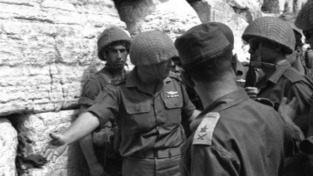 رئيس هيئة أركان الجيش الإسرائيلي يتسحاق رابين يدعو وزير الدفاع موشيه ديان إلى الحائط الغربي في القدس بعد السيطرة عليه في حرب الأيام الستة. (Ilan Briner/Government Press Office)