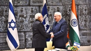 رئيس الوزراء الهندي ناريندرا مودي والرئيس رؤوفن ريفلين يتصافحان خلال اجتماع في مقر ريفلين في القدس يوم الأربعاء 5 يوليو 2017. (courtesy)