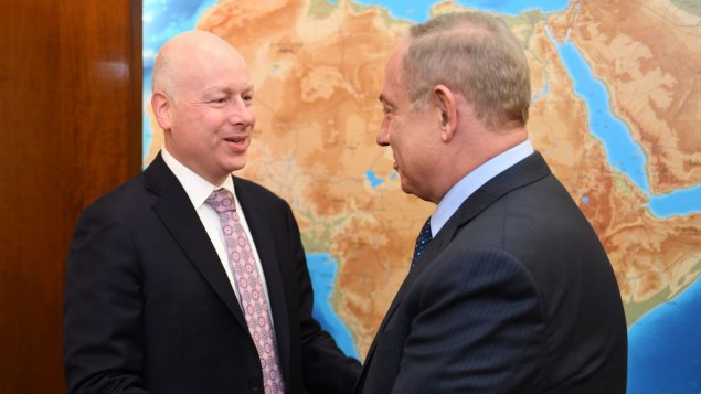 مساعد الرئيس والممثل الخاص للمفاوضات الدولية، جيسون غرينبلات (يسار), يلتقي رئيس الوزراء بنيامين نتنياهو في مكتب رئيس الوزراء في القدس، 13 مارس 2017. (Matty Stern/US Embassy Tel Aviv)