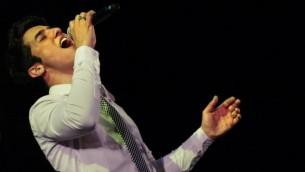 نجم البوب الإسرائيلي هارئل سكات يغني خلال حفل احتفال بيوم القدس في حديقة صقر في القدس، 15 مايو / أيار 2007.  (Michal Fattal/Flash90
