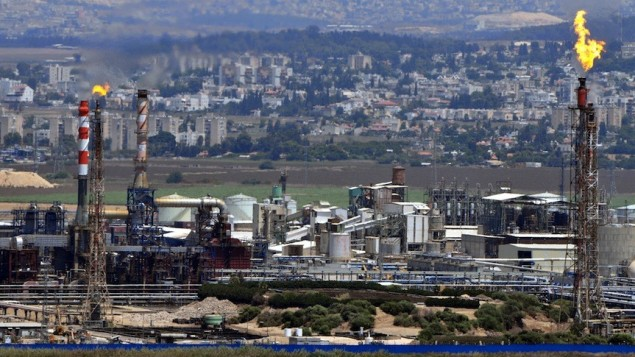 مداخن في مصافي النقط في خليج حيفا (Shay Levy/Flash90)