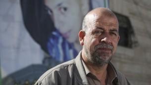 حسين أبو خضير، والد الشاب الفلسطيني المقتول محمد أبو خضير، خارج منزله في القدس الشرقية، 21 أكتوبر / تشرين الأول 2014. (Hadas Parush/Flash90)