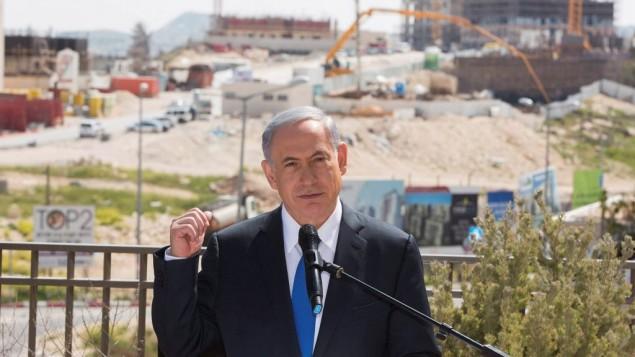 رئيس الوزراء بينيامين نتنياهو يدلي بتصريح للصحافة خلال زيارة إلى حي هار حوما في القدس الشرقية، 16 مارس، 2015. (Yonatan Sindel/Flash90)